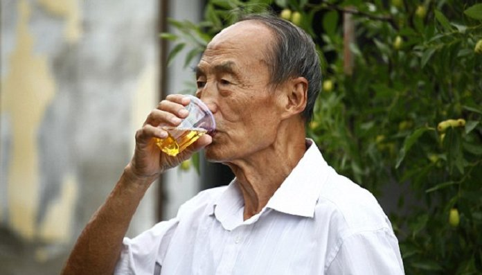 Old man has drank his own urine for 23 years for health benefits - World Of Buzz 11
