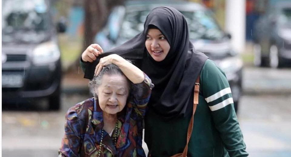 Photo Of A Young Lady Helping A Senior Citizen Touches Hearts Everywhere, But The Story Behind It Is Better - World Of Buzz 3