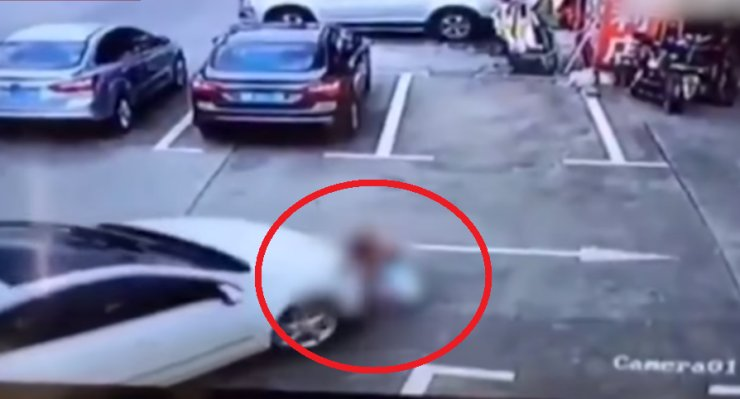 Chinese Woman Uses Phone Whilst Driving, Accidentally Runs Over Three Kids - World Of Buzz