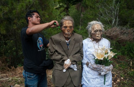 Ma'nene Festival: A creepy ritual where dead relatives are dug up for a family picture every 3 years - World Of Buzz 6