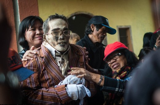 Ma'nene Festival: A creepy ritual where dead relatives are dug up for a family picture every 3 years - World Of Buzz 7
