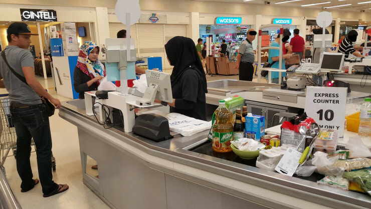 "Stubborn Malaysian Abused ""Express Counter"" in Tesco Despite Being Advised Not To - World Of Buzz"