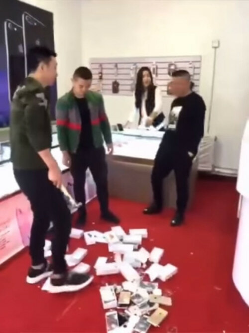 Apple Shop Owner Was Rude To A Rich Chinese Man. What He Did Next Was EPIC! - World Of Buzz 1