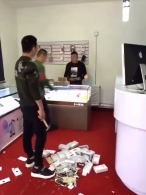 Apple Shop Owner Was Rude To A Rich Chinese Man. What He Did Next Was EPIC! - World Of Buzz 2