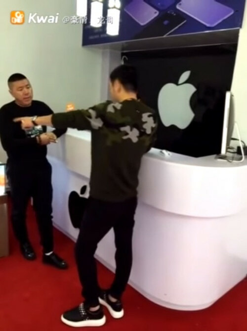 Apple Shop Owner Was Rude To A Rich Chinese Man. What He Did Next Was EPIC! - World Of Buzz 5