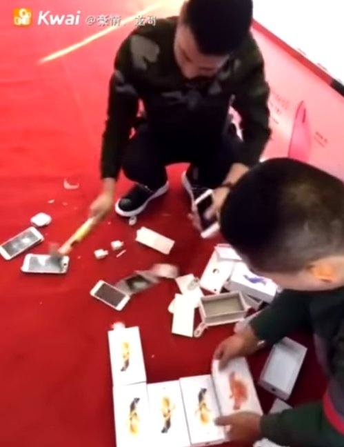 Apple Shop Owner Was Rude To A Rich Chinese Man. What He Did Next Was EPIC! - World Of Buzz 7