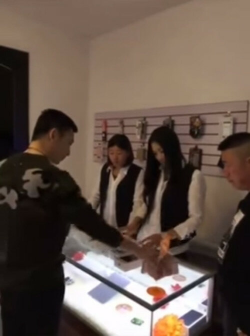 Apple Shop Owner Was Rude To A Rich Chinese Man. What He Did Next Was EPIC! - World Of Buzz