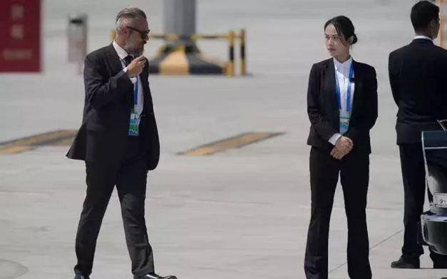Check out the Female Chinese Bodyguard that becomes an Internet Sensation - World Of Buzz 3
