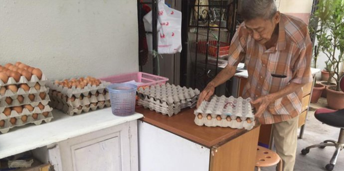Humble Singaporean Elderly Sells Eggs For Only RM0.30 Each, Kind Netizens Give Support - World Of Buzz