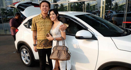 Indonesian Man Meets Woman On Tinder, Gets Married In A Week - World Of Buzz
