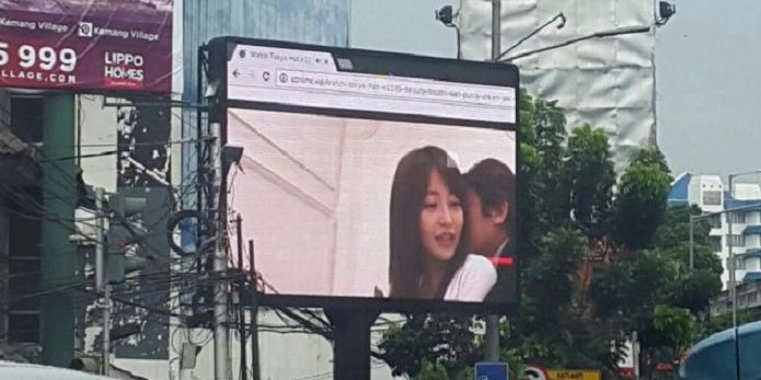 Japanese Porn broadcasted on Jakarta LED video screen causes Massive Traffic Jam - World Of Buzz 5