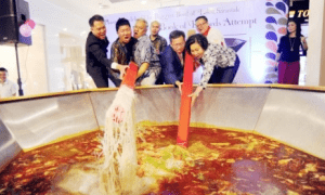 "Malaysia Set Record for ""Biggest Laksa"", Throws Away The Whole Thing - World Of Buzz"