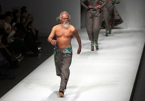 This 80 Year Old Man From China Is A Freaking Runway Model! - World Of Buzz 2