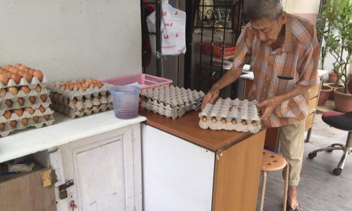 This Singaporean Uncle Is Selling Eggs At Bukit Batok For Just RM0.30 A Pop. - World Of Buzz 4