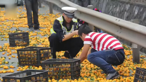 Chinese Man Cries As Villagers Steal His Oranges After His Lorry Overturned. - World Of Buzz 4