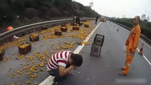 Chinese Man Cries As Villagers Steal His Oranges After His Lorry Overturned. - World Of Buzz 5