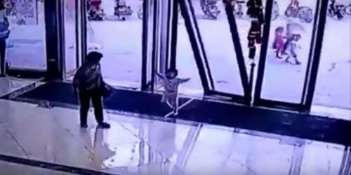Gigantic Glass Door Falls Off And Smashes On Toddler In China - World Of Buzz 3