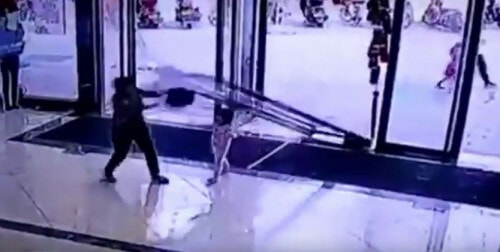 Gigantic Glass Door Falls Off And Smashes On Toddler In China - World Of Buzz 4