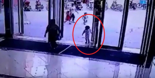 Gigantic Glass Door Falls Off And Smashes On Toddler In China - World Of Buzz 5