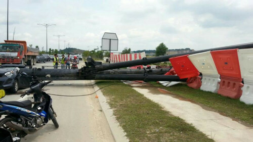 Malaysian Man And Woman Die After Construction Pile Driver Crushed Their Car - World Of Buzz