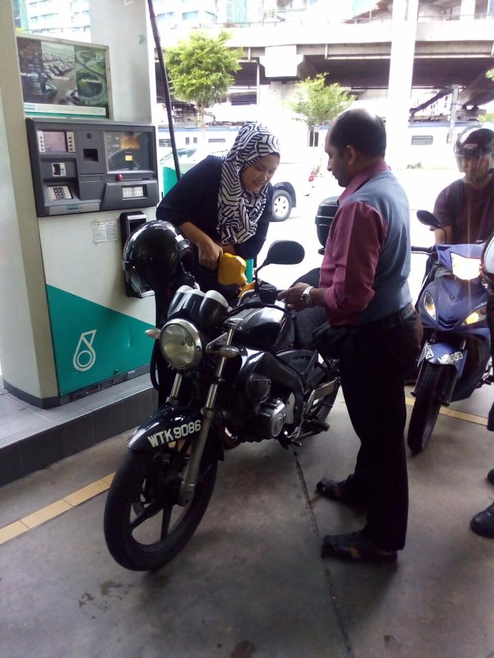 Malaysians Start Project To Buy Fuel For The Poor To Help With The Petrol Price Hike - World Of Buzz