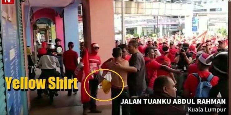 Red Shirts Forces Elderly Man Who Supports Bersih 5 To Put On Red Shirt - World Of Buzz 3