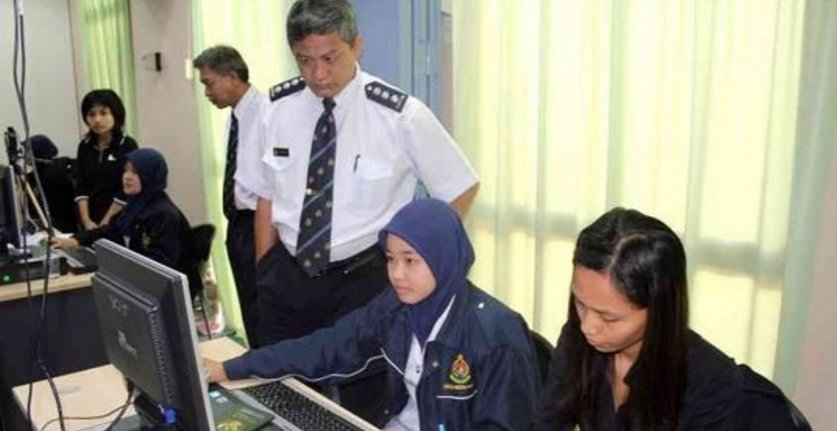 Malaysia Government Spends Rm74 Billion Alone To Pay Bloating Number Of Civil Servants In 2016 - World Of Buzz