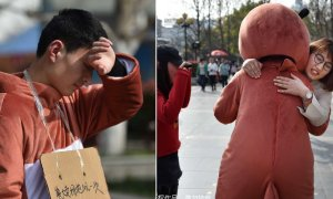 "Chinese Man Sells ""Bear Hugs"" to Raise Money for Son's Cancer Treatment - World Of Buzz 9"