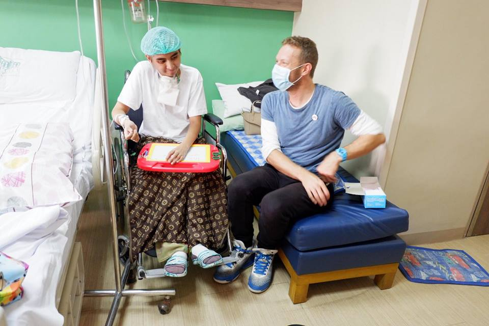 Coldplay's Chris Martin Pays Surprise Visit to Cancer Stricken Fan in Manila - World Of Buzz 2