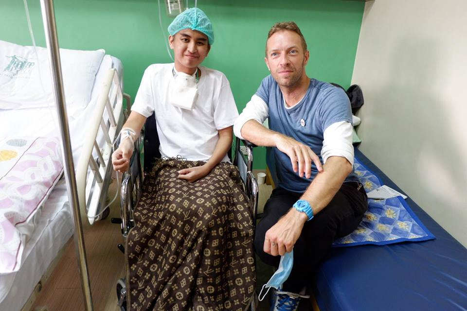 Coldplay's Chris Martin Pays Surprise Visit to Cancer Stricken Fan in Manila - World Of Buzz