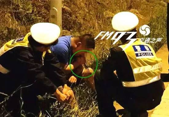 Drunk Chinese Man Tries to Sober Up by Pulling and Eating Grass from Roadside - World Of Buzz 1