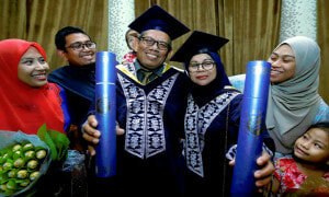 Adorable Senior Couple from Perak Just Graduated from University Together - World Of Buzz 2