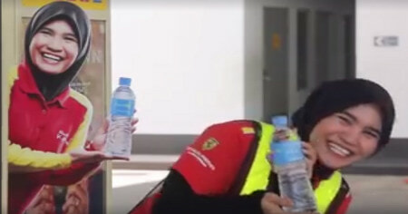 Shell's 'Mineral Water Lady' Shares Her Inspiring Story in Viral Video - World Of Buzz 3