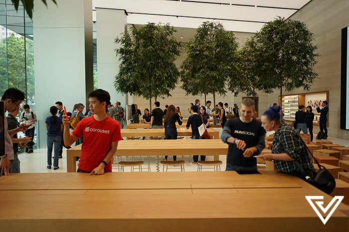Cute Singaporean Couple Took Their Wedding Photos at The Apple Store - World Of Buzz 6