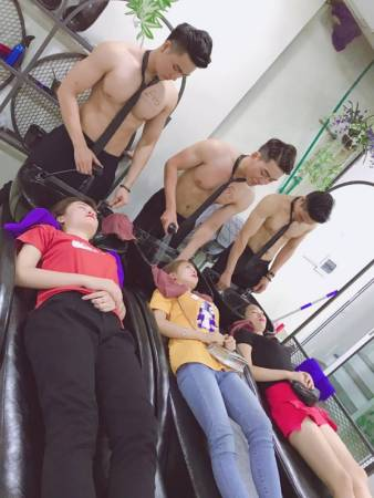 Handsome Hunks Attract Customers To Newly Opened Vietnam Beauty Salon - World Of Buzz 4