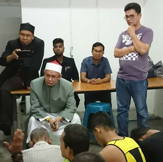 Inspiring Malaysian Mufti Prays with Muslim Drug Addicts and Transgenders for Ramadhan - World Of Buzz 2