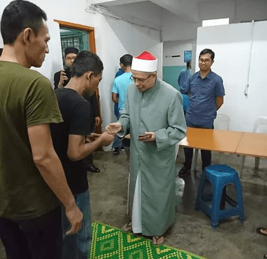 Inspiring Malaysian Mufti Prays with Muslim Drug Addicts and Transgenders for Ramadhan - World Of Buzz