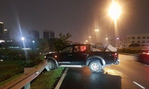 Malaysian Man Crashes 4WD into Road Curb in Subang Jaya Due to Tow Truck Scam - World Of Buzz 1