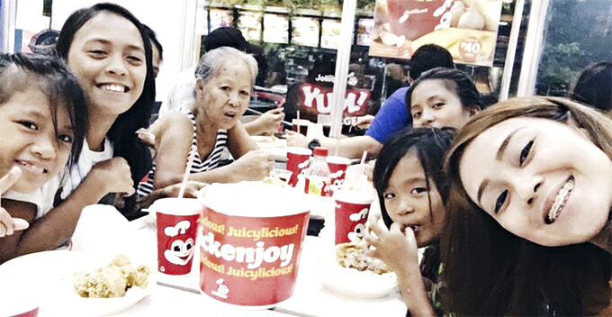 Self-less Lady Buys Old Woman Fried Chicken, Ends Up Buying for 4 Hungry Children - World Of Buzz