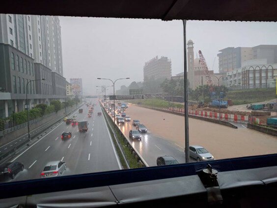 Federal Highway in Mid Valley Area Badly Flooded After Heavy Monsoon Showers - WORLD OF BUZZ 3