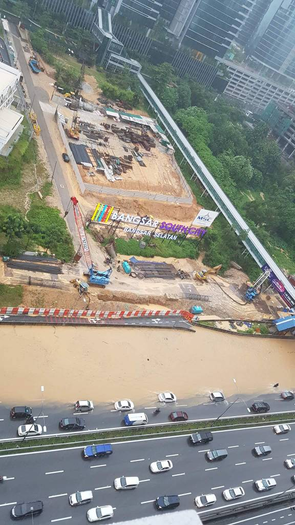 Federal Highway in Mid Valley Area Badly Flooded After Heavy Monsoon Showers - WORLD OF BUZZ 4