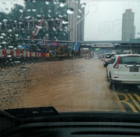 Federal Highway in Mid Valley Area Badly Flooded After Heavy Monsoon Showers - WORLD OF BUZZ 8