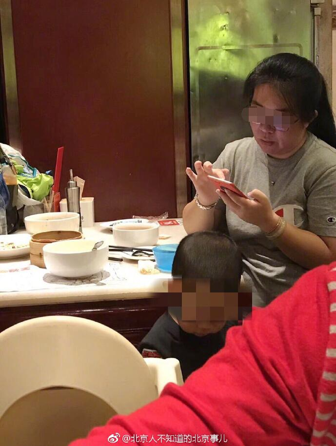 Irresponsible Mother Disgustingly Asks Son to Pee Inside Restaurant's Bowl - WORLD OF BUZZ