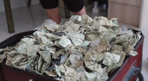 Man Folded Heart-Shaped Banknotes Worth Over RM12,000 and Used Them to Buy Her a Car - WORLD OF BUZZ 5