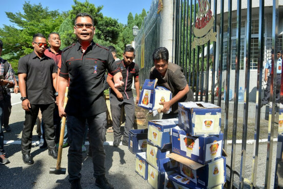 Police Arrest Jamal and Supporters for Beer Smashing Act, Selangor Umno Says Not Related to Them - WORLD OF BUZZ 1