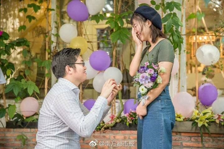 Man Buys 25 iPhone X to Propose to GF, Gifts One to Every Friend After Proposal - WORLD OF BUZZ
