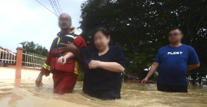 Penangnite Father Shares How 16yo Daughter Begged Mum to Leave Her Amid Rising Floodwater - WORLD OF BUZZ