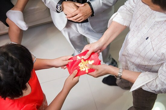A Malaysian's Guide to CNY 'Ang Pows' and How Much They Should Be Giving - WORLD OF BUZZ 2