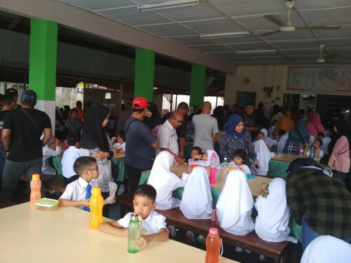 Netizen Criticises Parents For Taking Students' Seats at School Cafeteria During Recess - WORLD OF BUZZ 1