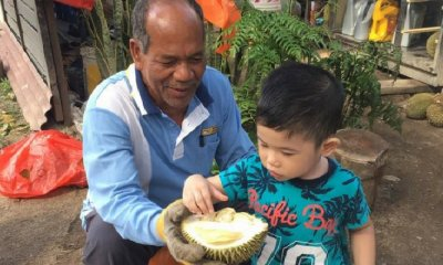This Man Lets His Customers Try His Durian For Free and - WORLD OF BUZZ